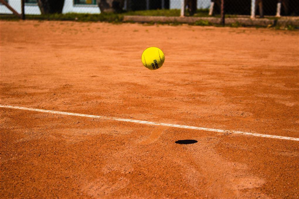 En tennisbold i luften