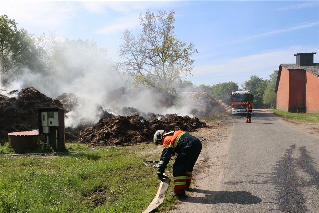 brandmænd arbejder med branden