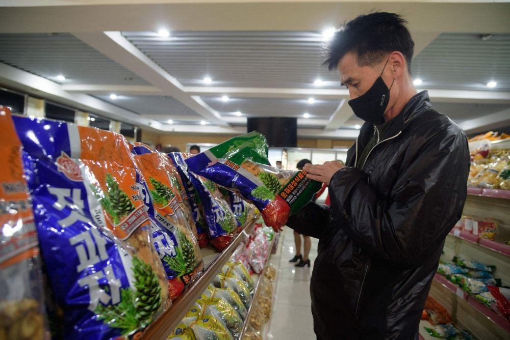 mand ser på varer i butik