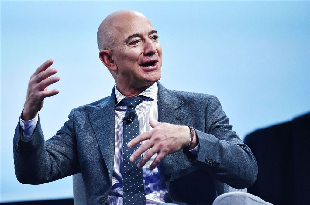 Jeff Bezos gør fagter