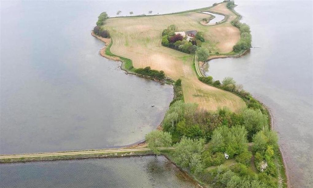 En ø set fra luften