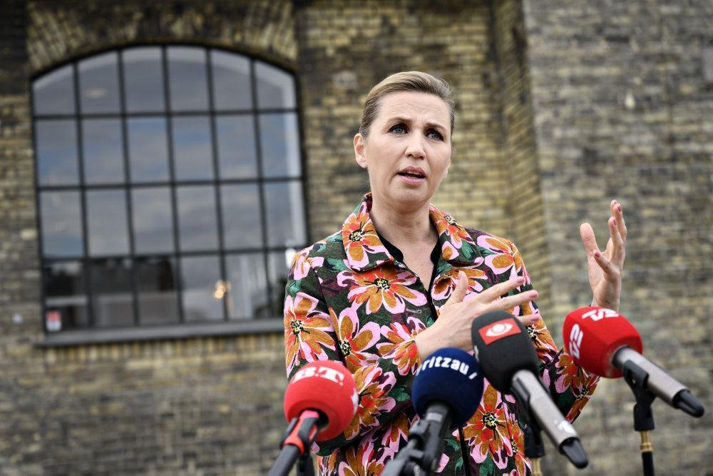 Mette Frederiksen taler på pressemøde