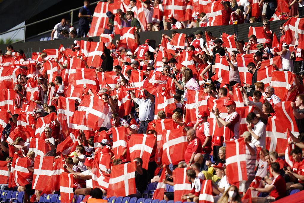 danske fodboldfans jubler på stadion