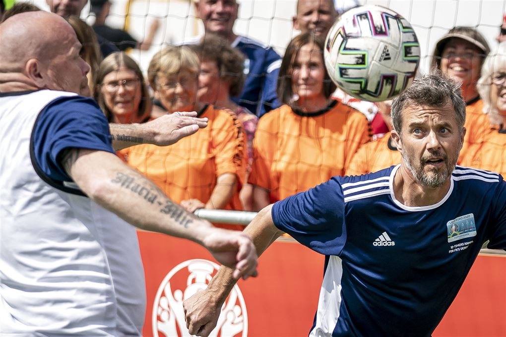 Stig Tøfting og kronprinsen spiller fodbold