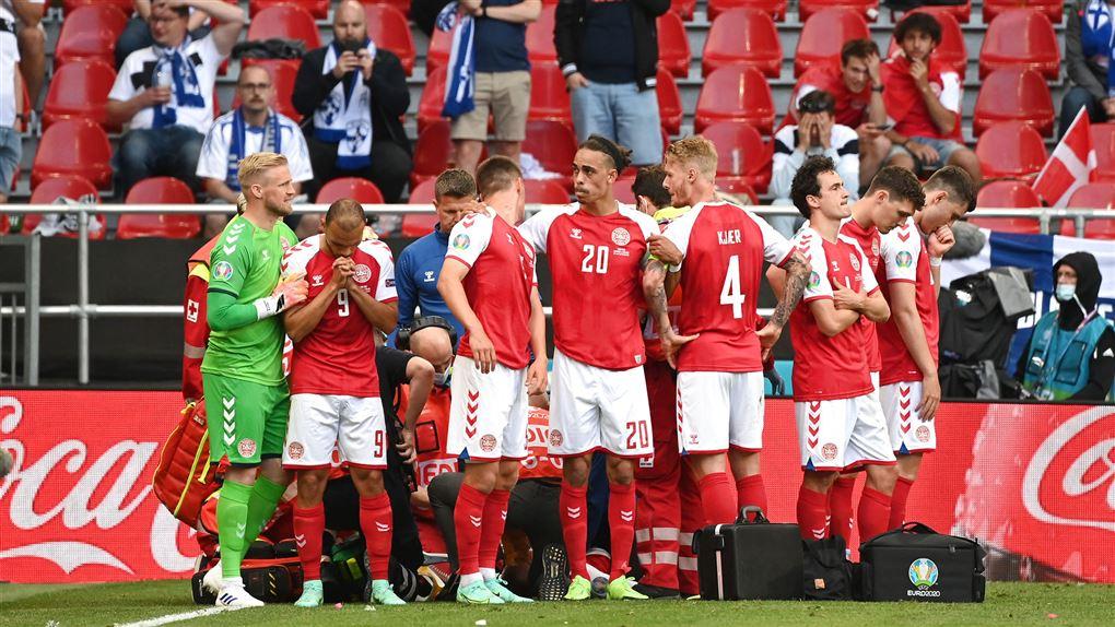 De danske spillere skærmer eriksen af
