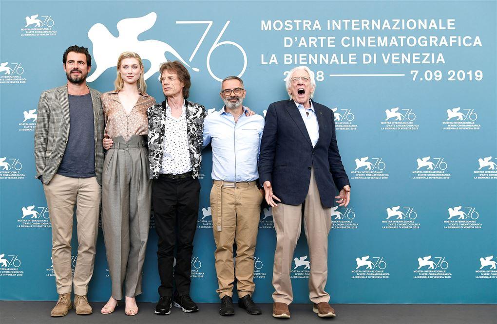 Claes Bang ses sammen med Elizabeth Debicki, Mick Jagger, Giuseppe og Donald Sutherland