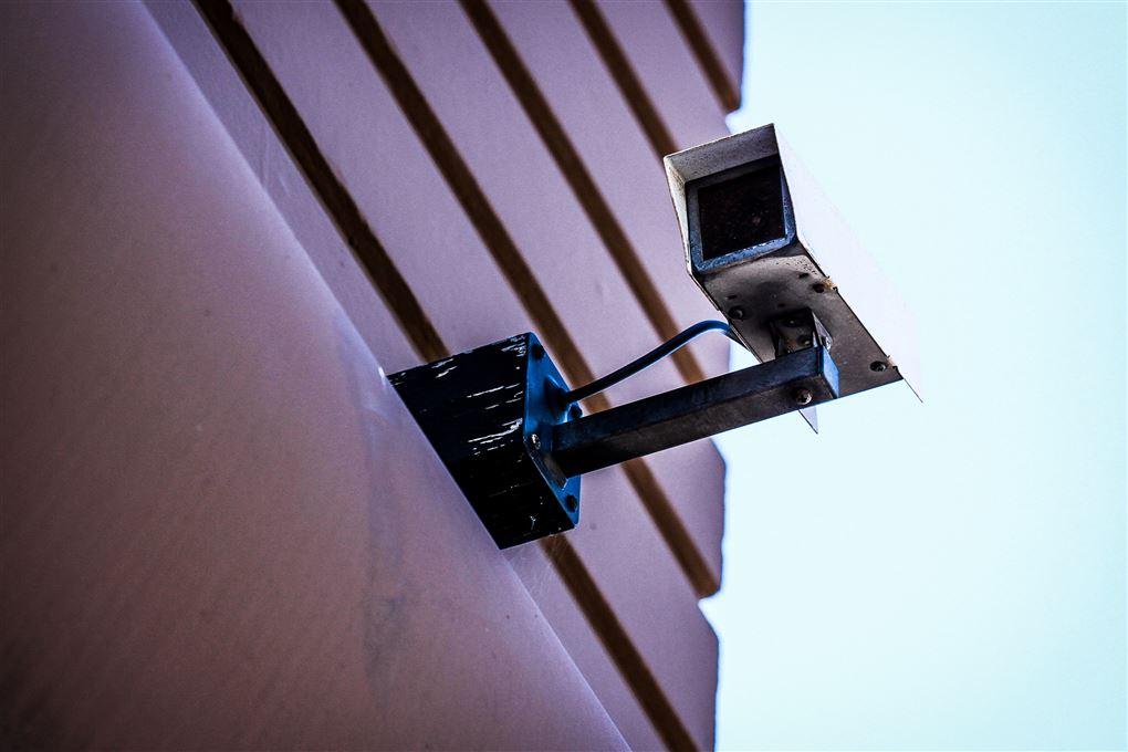 Et overvågningskamera på en husmur.