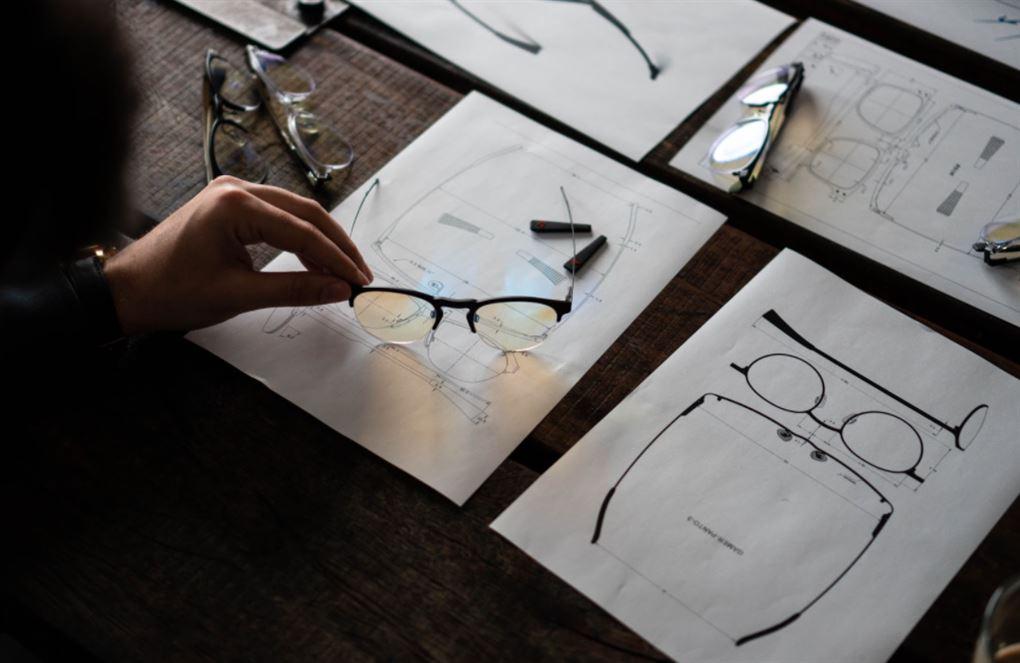 Nogle briller på et tegnebræt