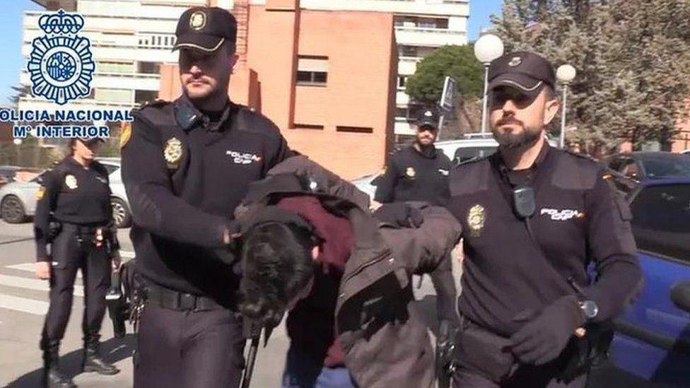 politifolk fører mand væk