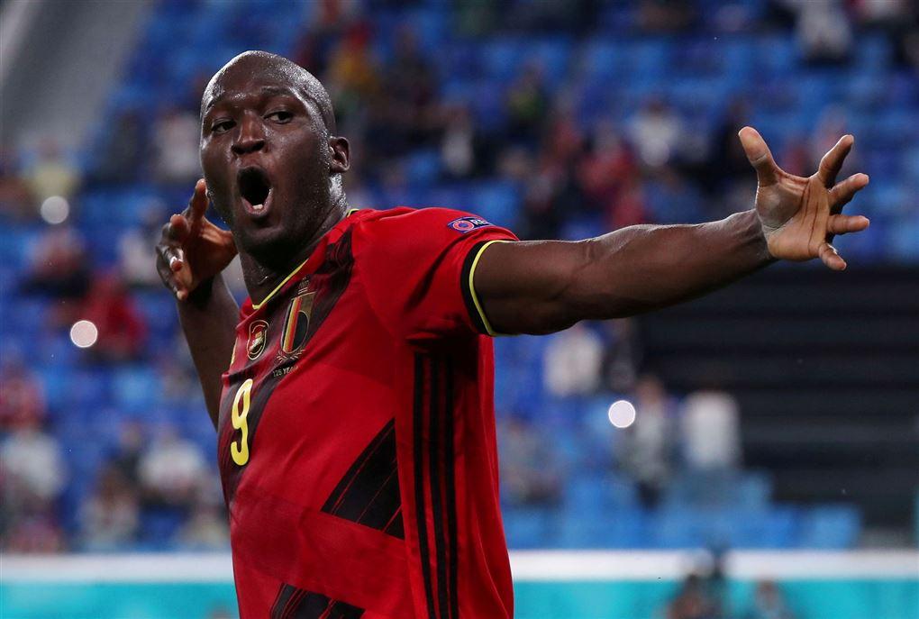 En stor farvet fodboldspiller i rød trøje
