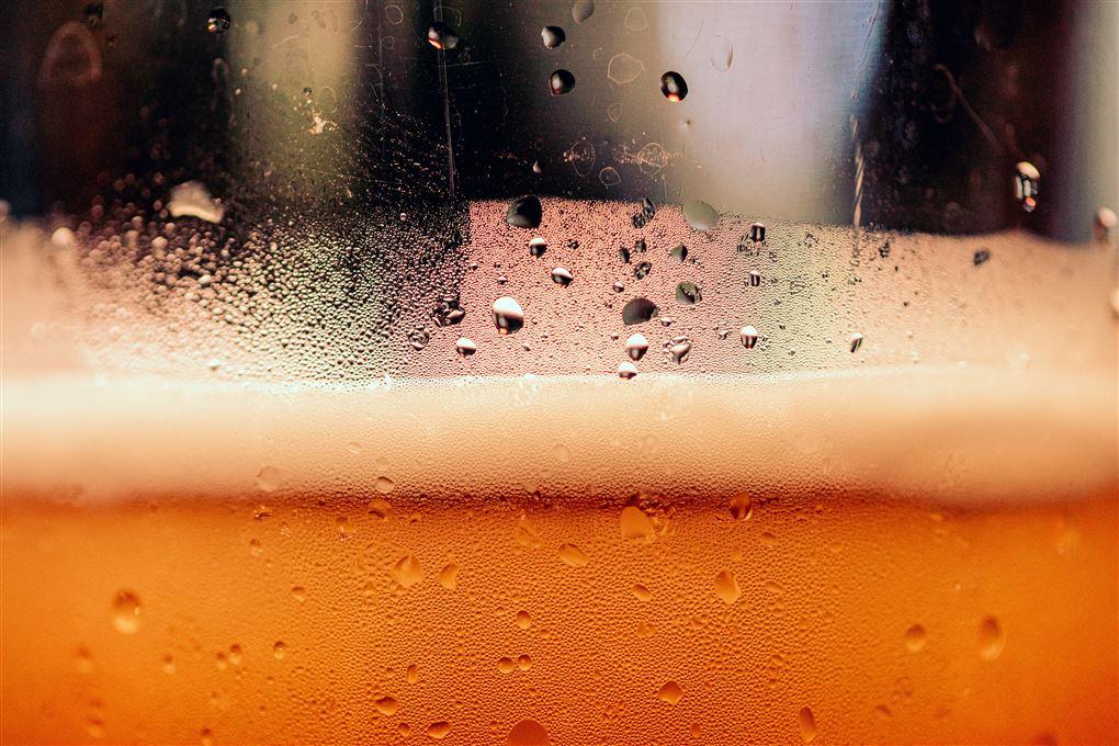 billede af højt skummende øl