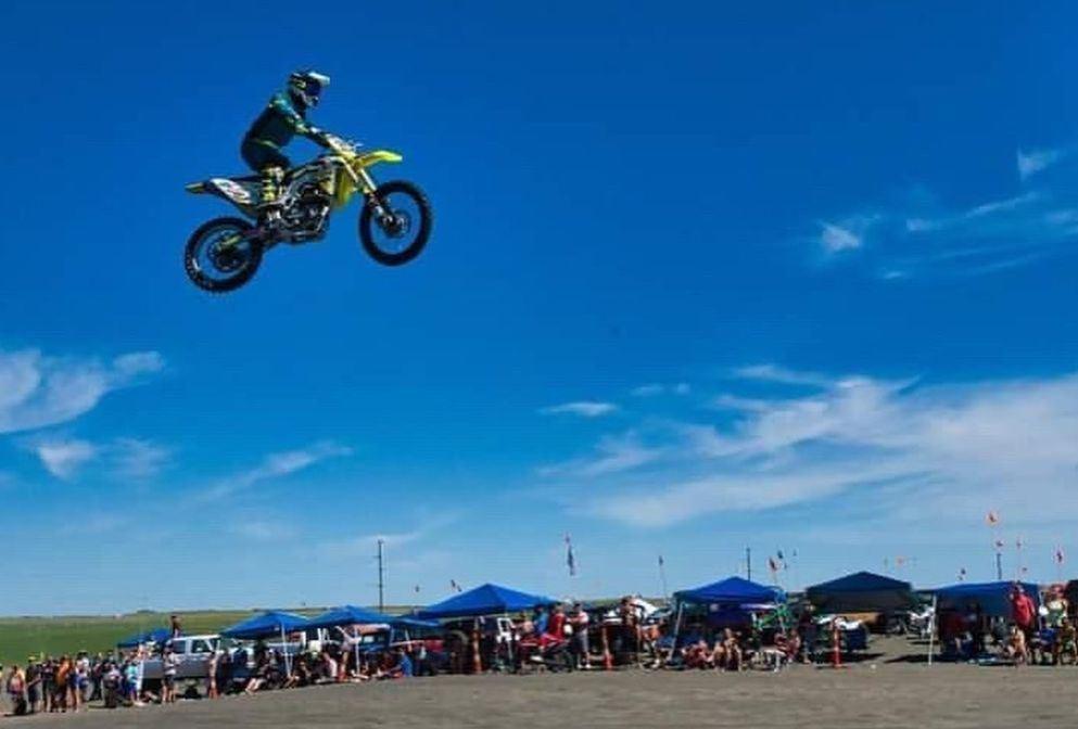 mand på motorcykel flyver gennem luften