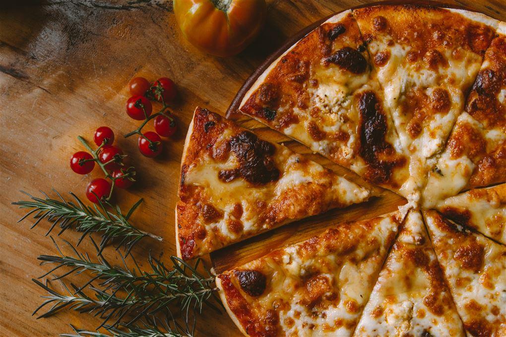 pizza ligger på bord