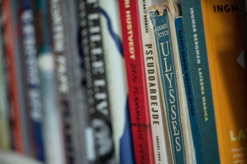 En reol med bøger