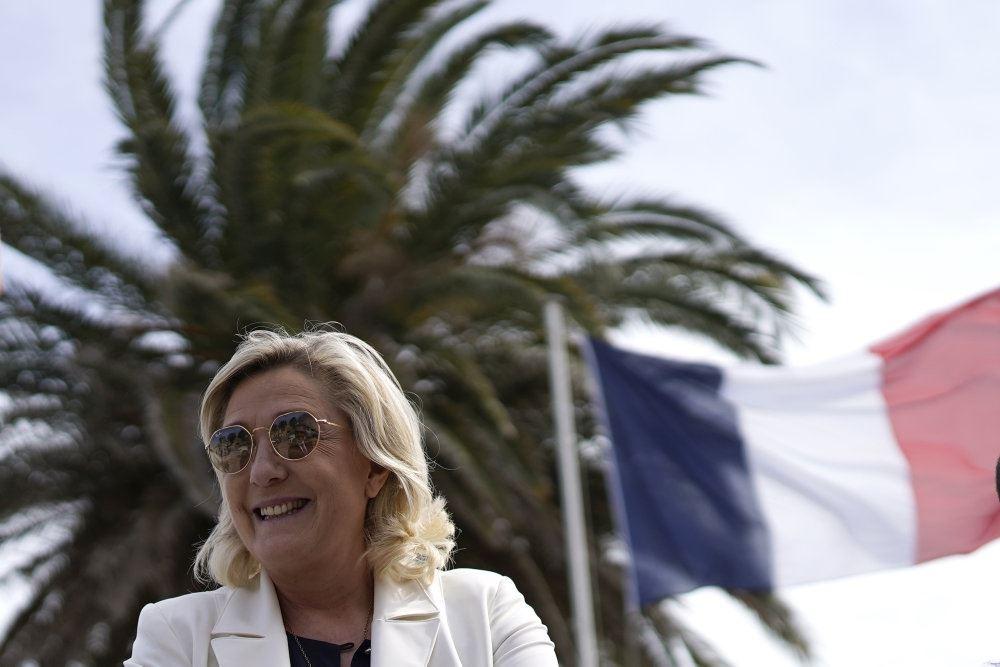 en blond kvinde foran en palme og Tricolore
