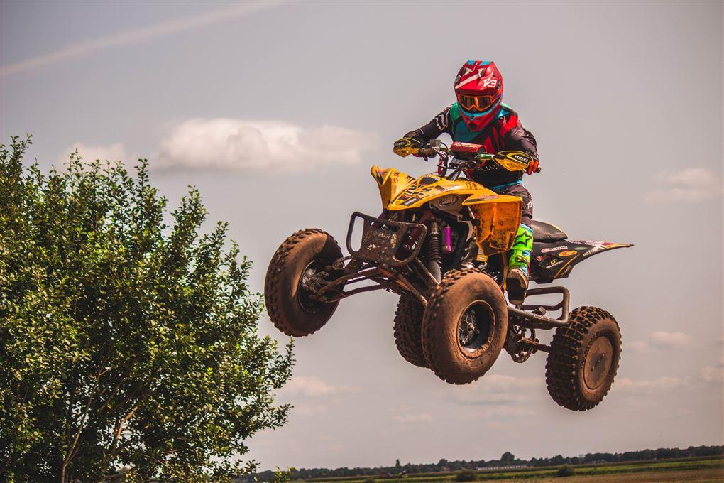 En ATV'er flyver gennem luften