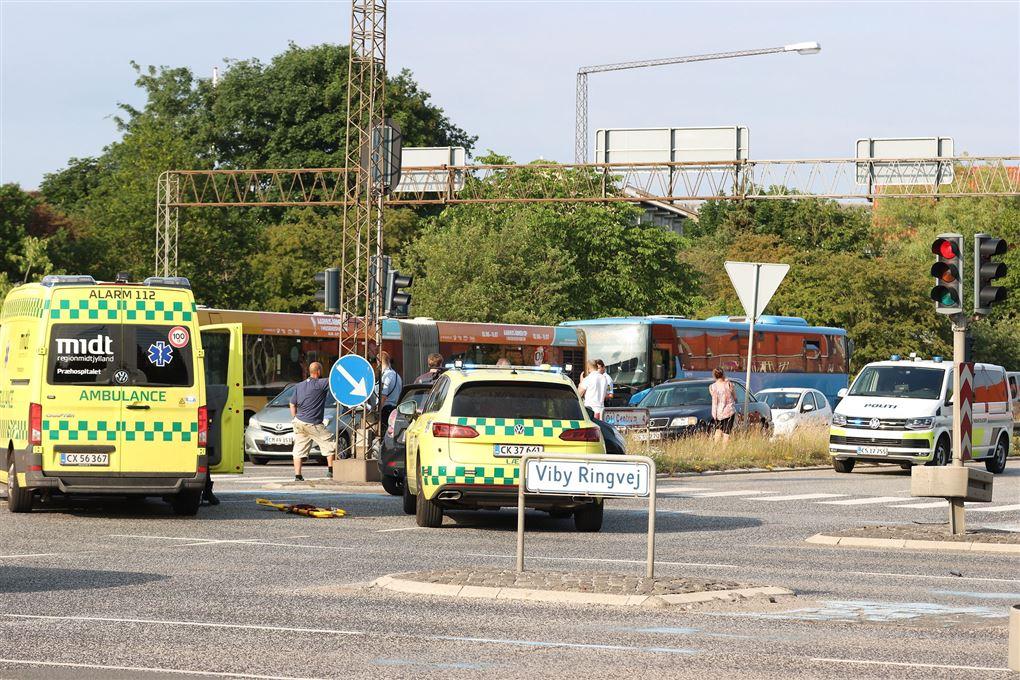 ambulancer og lægebiler holder på vejen