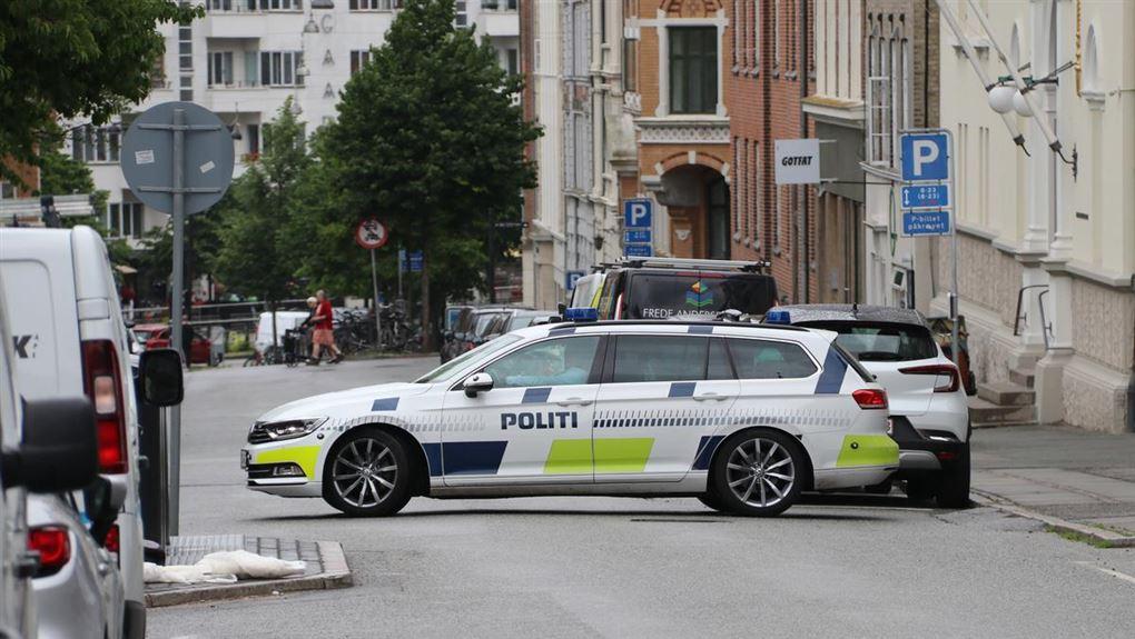 politibil holder på gade i Aarhus