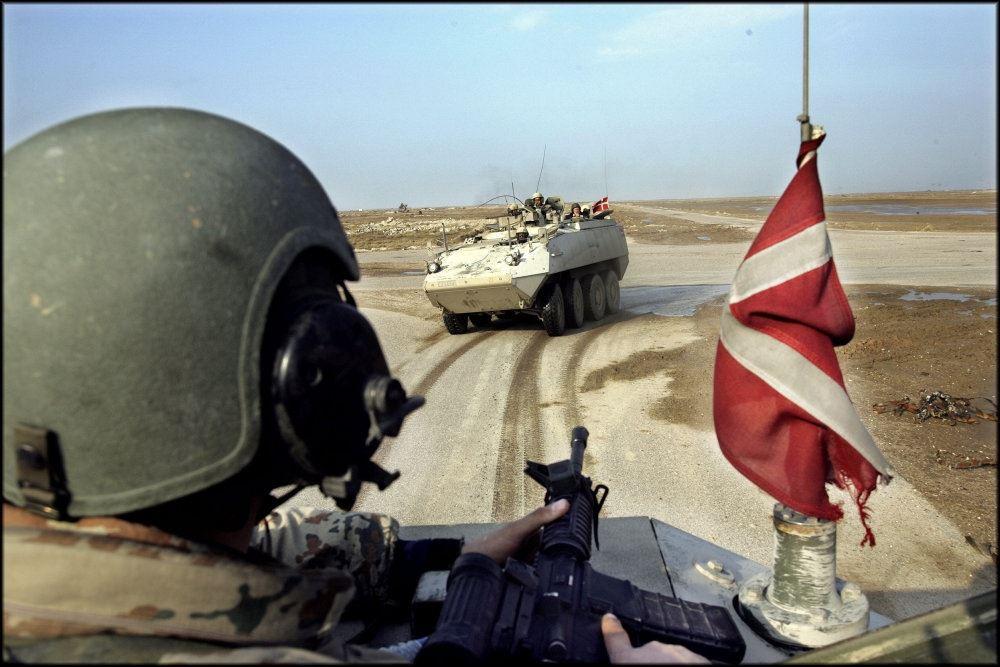 kampvogne med Dannebrog i ørken