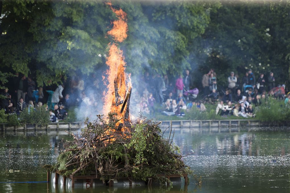 Et stort bål ude i en sø