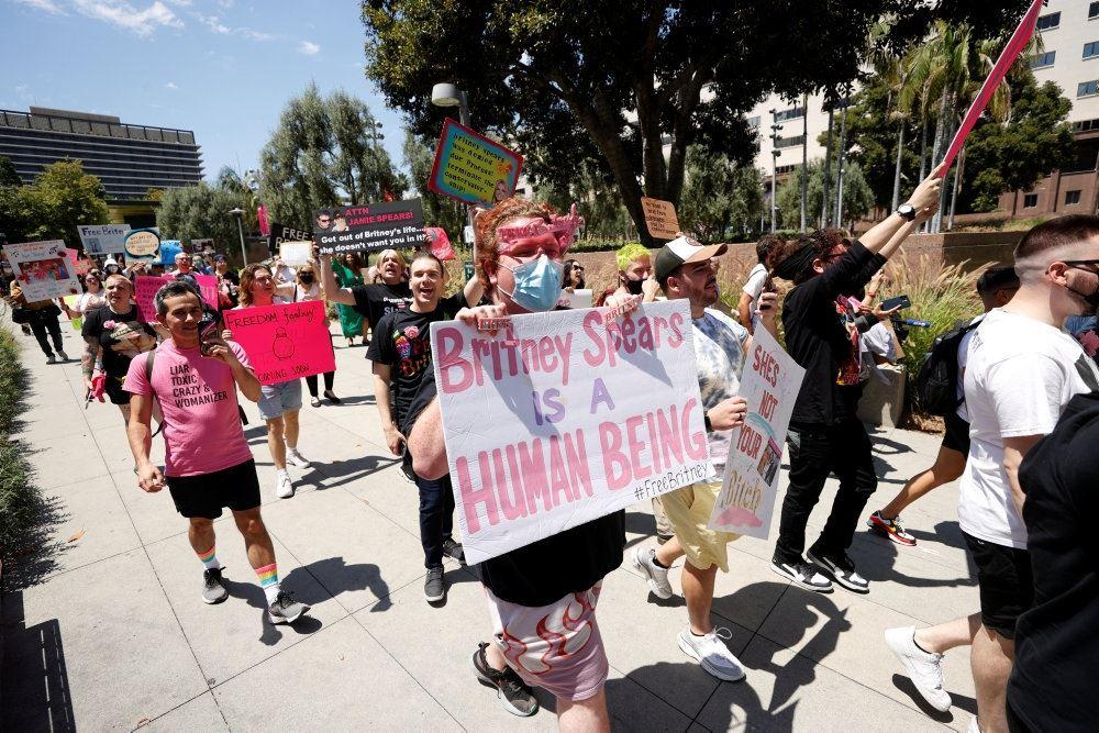 fans af britney spears står på gaden