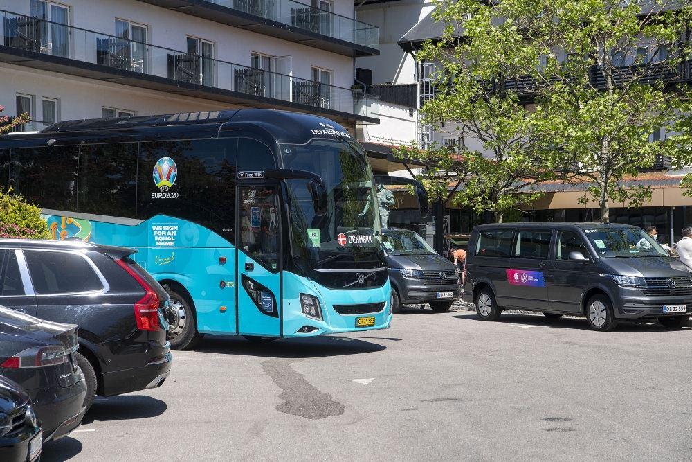 lyseblå bus kører på vej