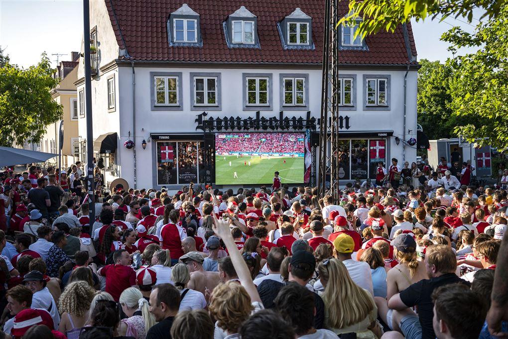fodboldfans ser fodbold på storskærm