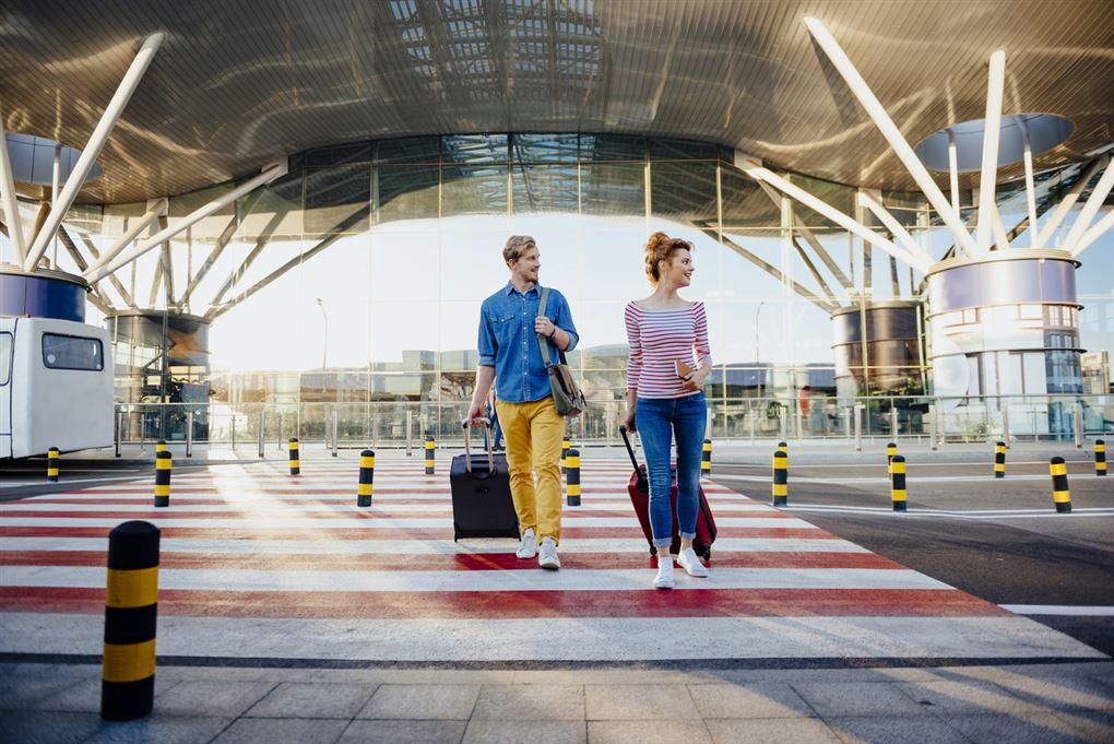 Rejsende ankommer til lufthavn