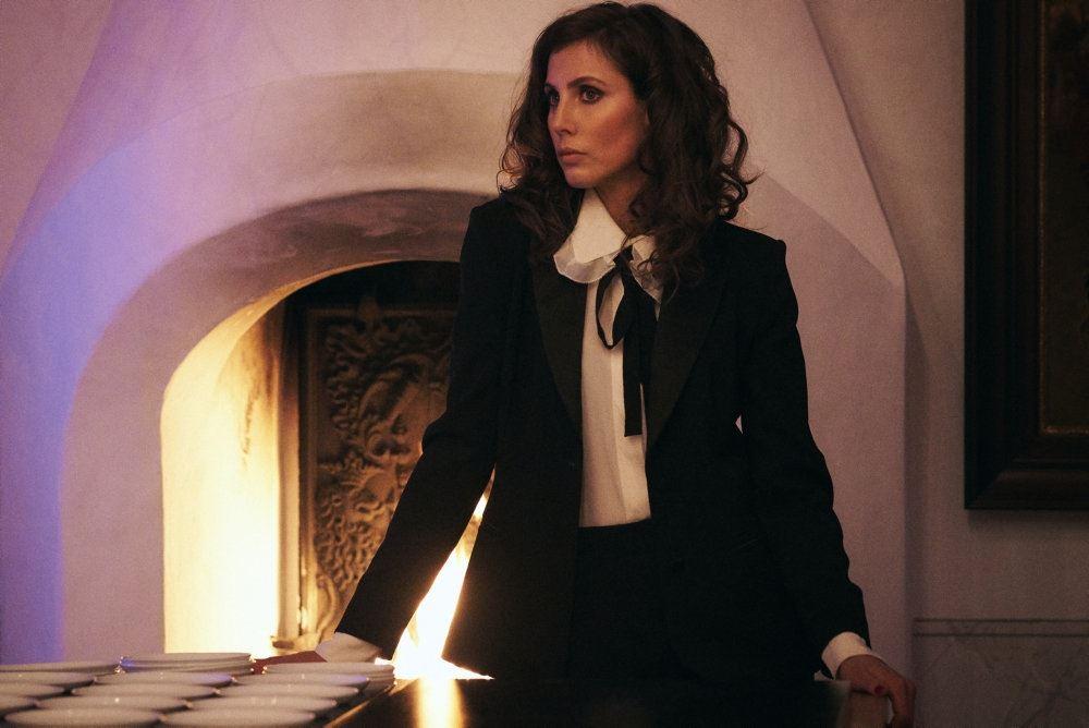 kvinde i sort jakke