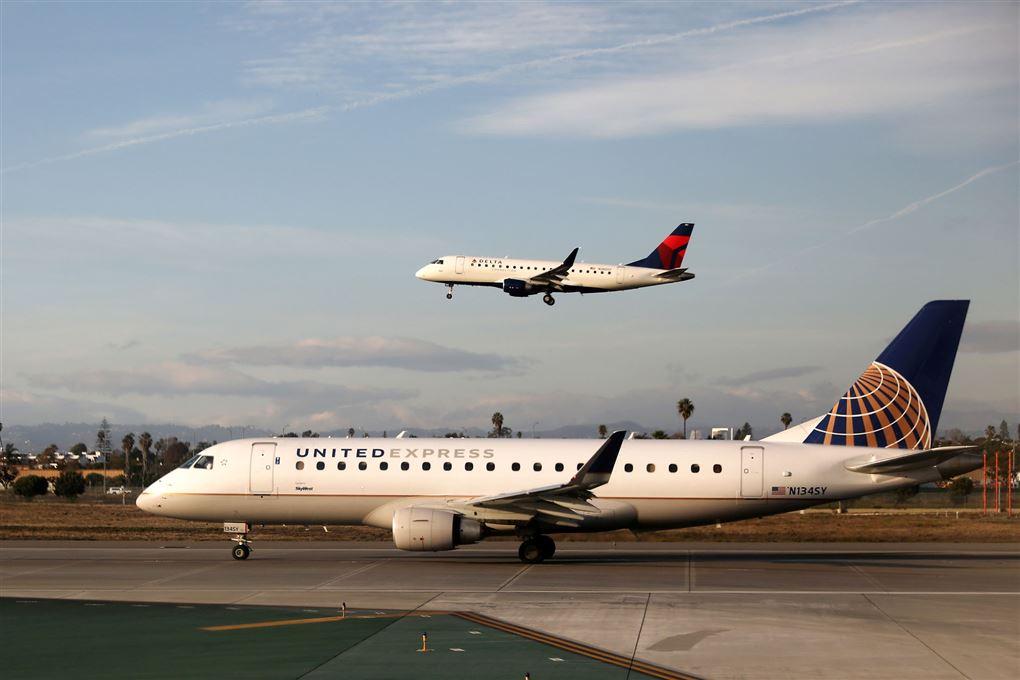 et fly i luften og et fly på landingsbanen