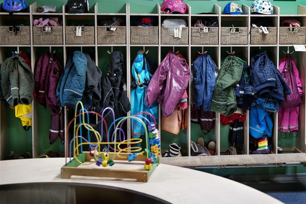 En garderobe i en børnehave med overtøj i alverdens farver.