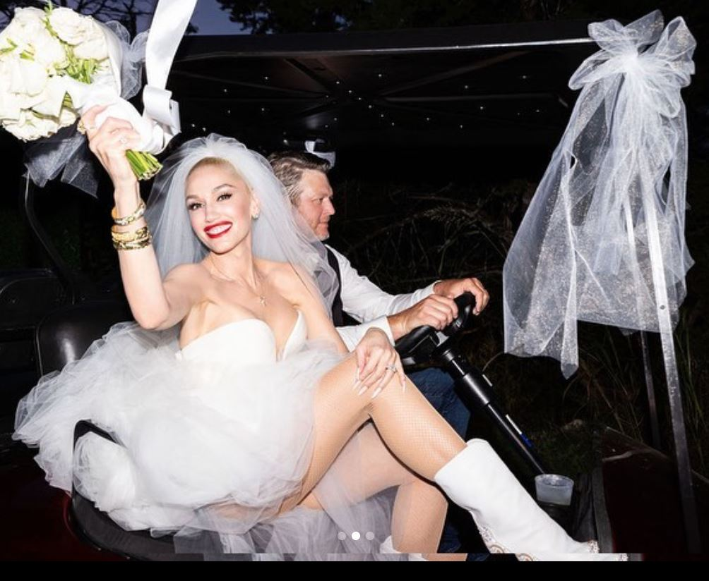 Et brudepar i støvler i en golfbil