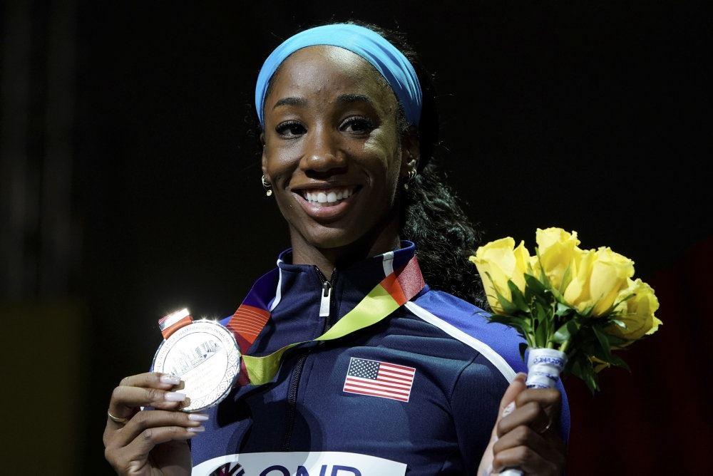 En mørk kvinde med en OL-medalje