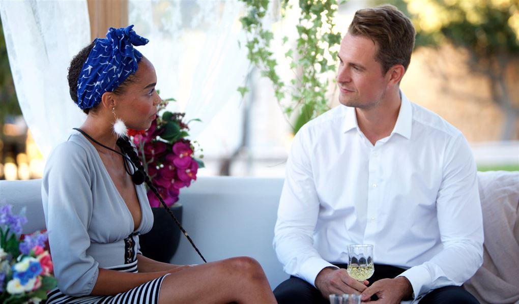 En mørk kvinde og en lys mand i hvid skjorte