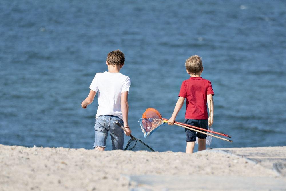 børn ved stranden