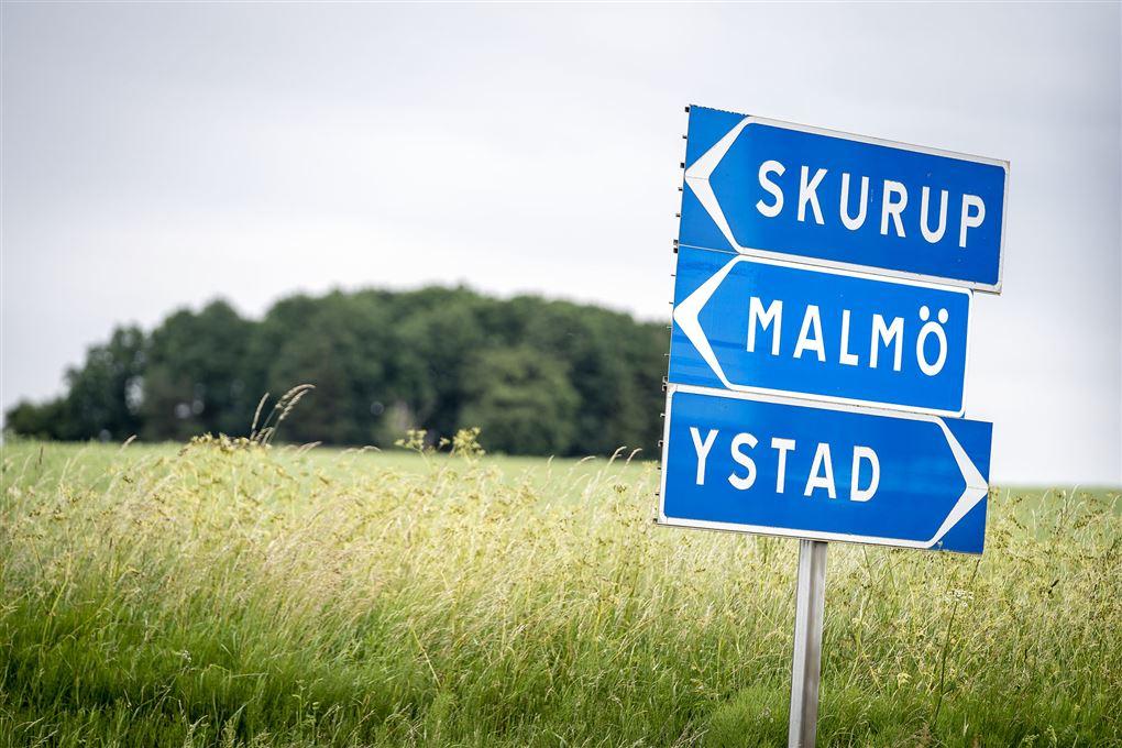 tre vejskilte viser vej til svenske byer
