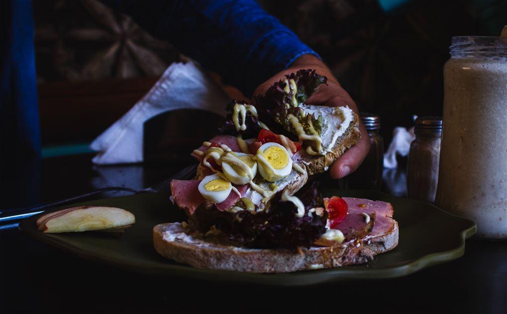 Et højt belagt smørrebrød