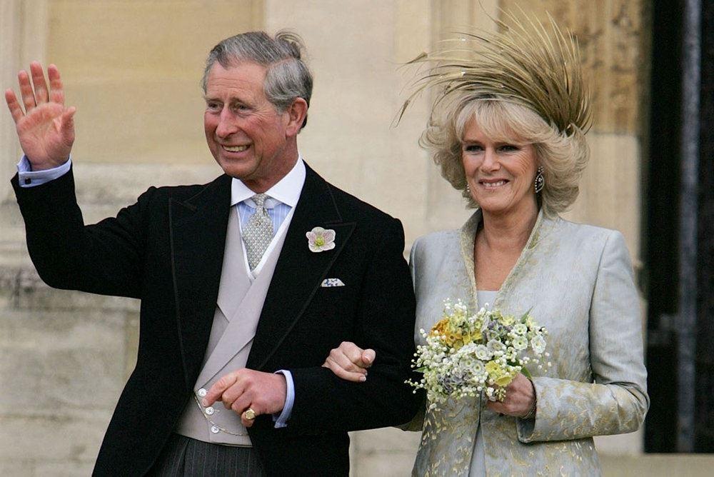 Charles og Camilla vinker til folkemængden på deres bryllupsdag