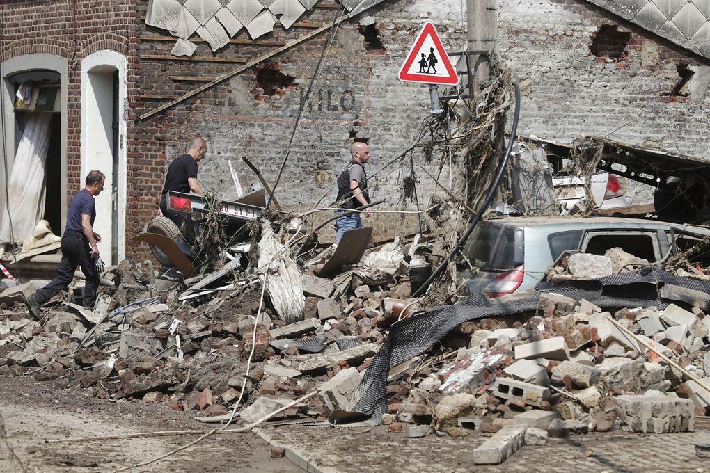 politi søger i ruiner