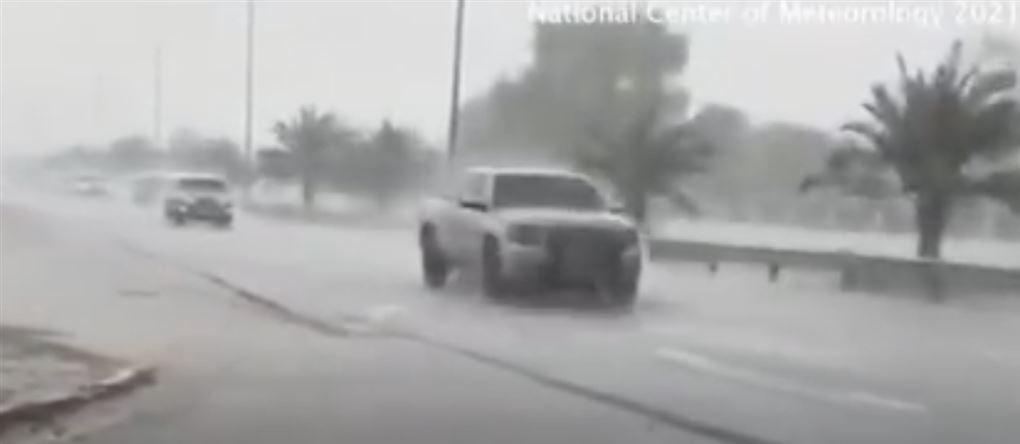 En SUV i regnvejr med palmer i baggrunden