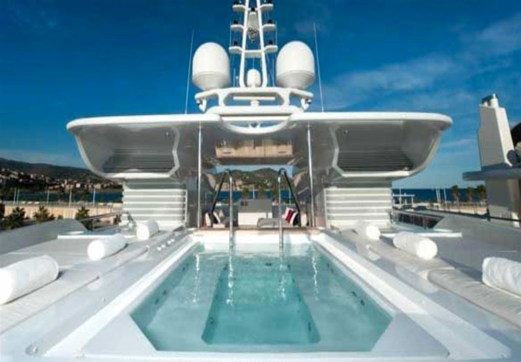 En swimmingpool på en yacht