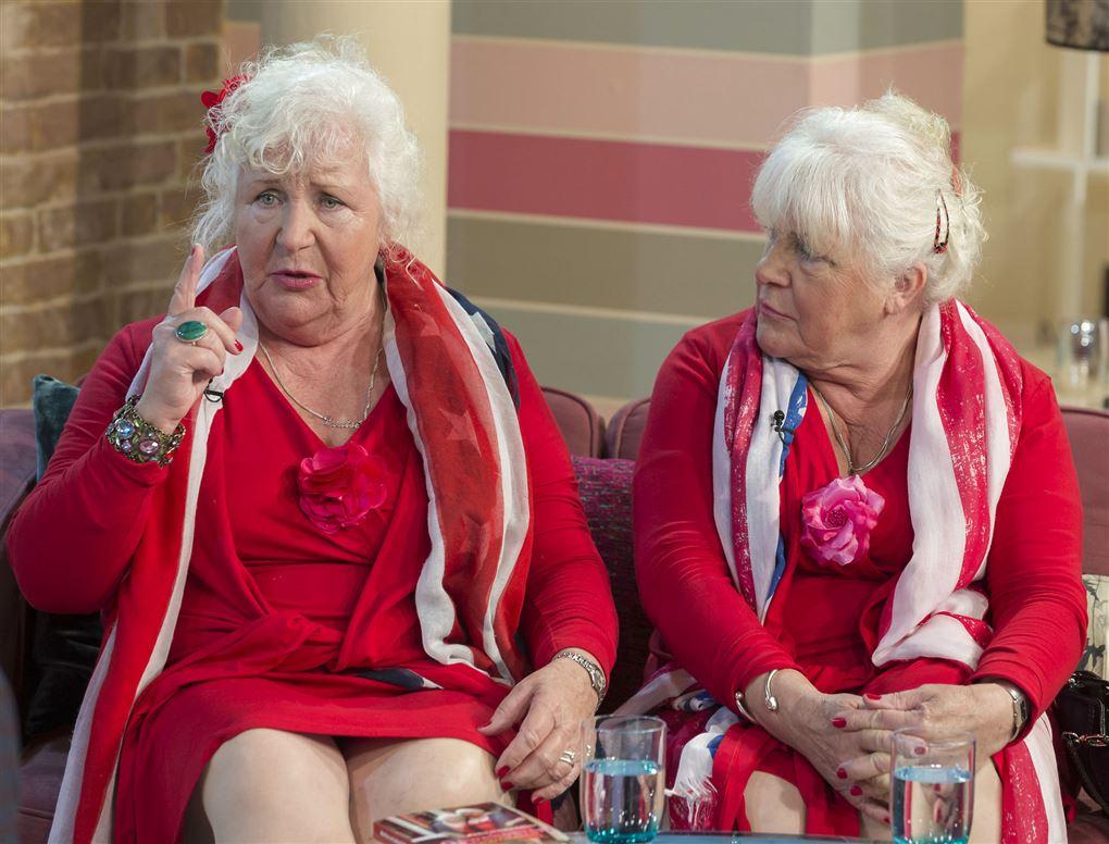 To ældre hvidhårde damer i rødt