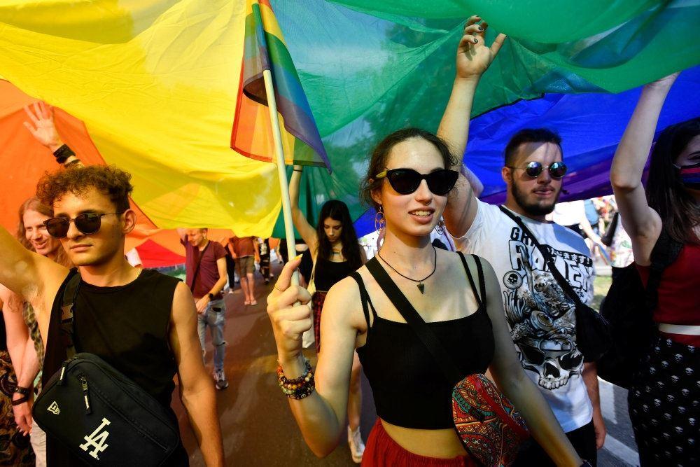 Demonstranter med regnbueflag