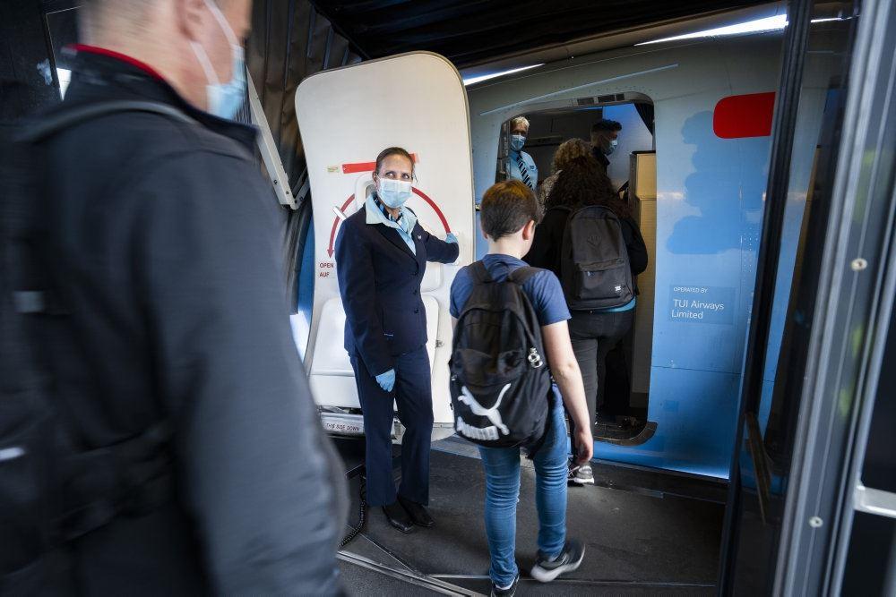 Folk på vej ind i en flyver