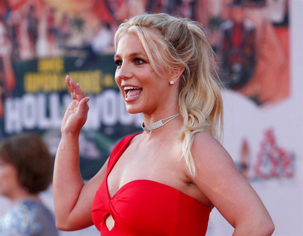 Britney Spears vinker til fans.