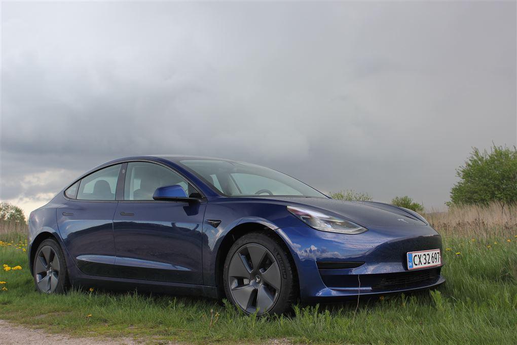 En blå Tesla og en mørk himmel