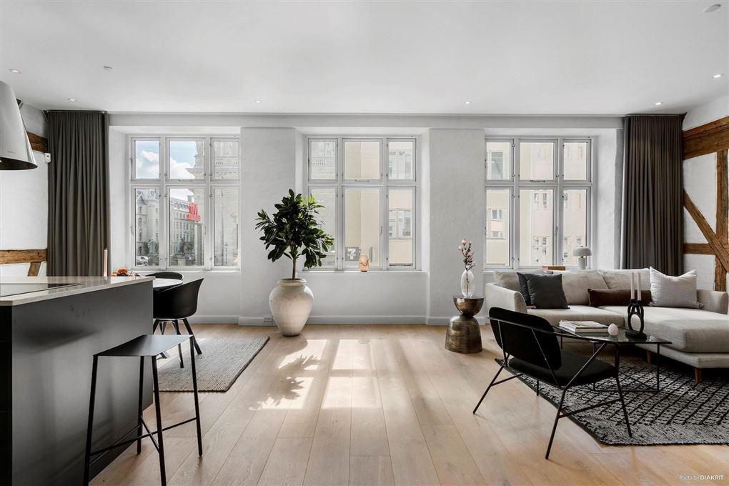 En stue alrum med flot udsigt