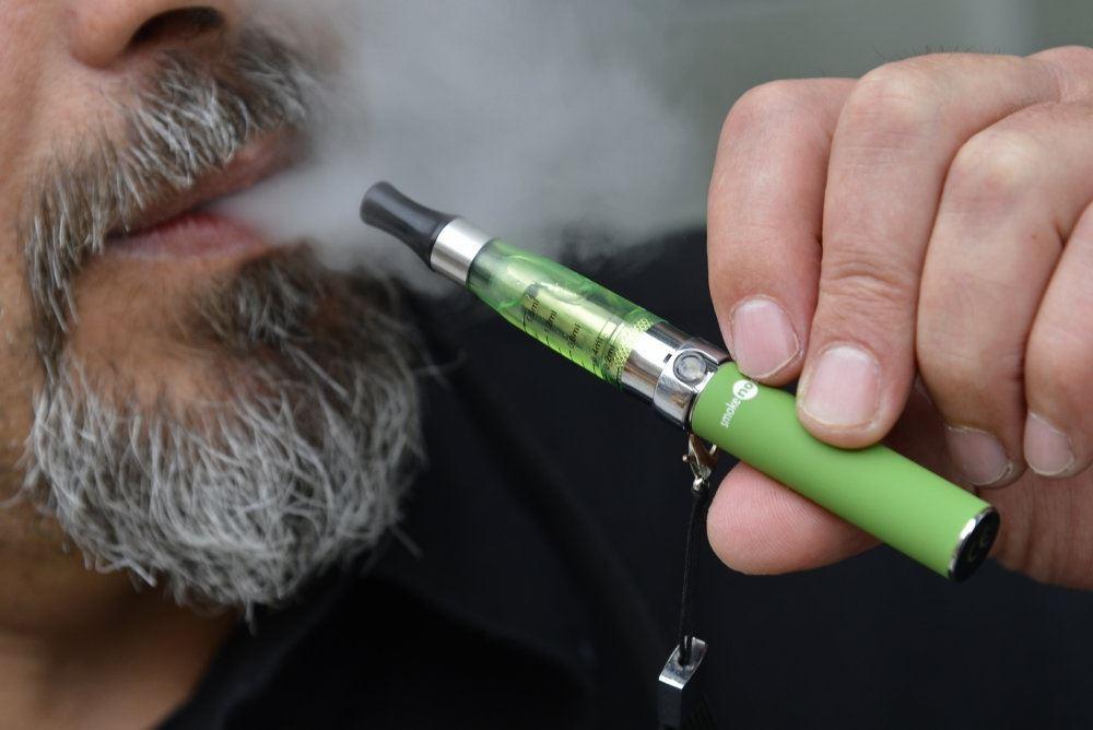Mand suger på e-cigaret