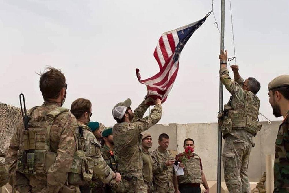 Amerikanske soldater stryger flaget på en base