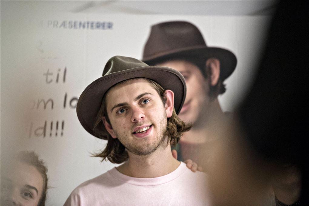 En ung mand med hat